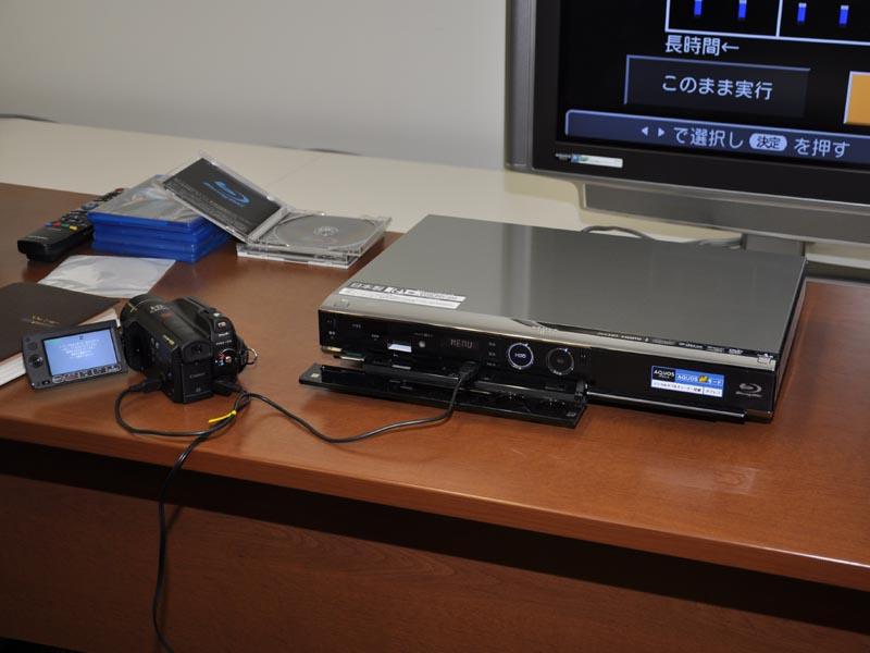 AVCHDカメラを前面のUSB端子に接続