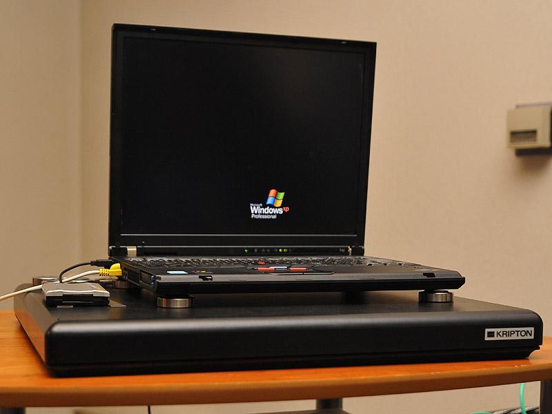 デモ再生で音楽ファイルサーバーとして使われたノートパソコン。オーディオボードとインシュレータの上に乗せられている