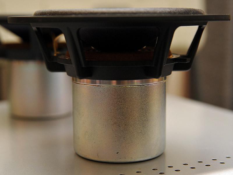 全てのユニットにアルニコマグネットの壺型磁気回路を使っている