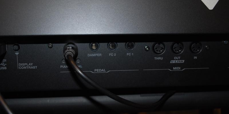 MIDI端子。V-Piano2台をMIDI接続して片方で弾いた場合、それで鳴る音と、MIDI信号を受信して鳴る音では違いがあるという