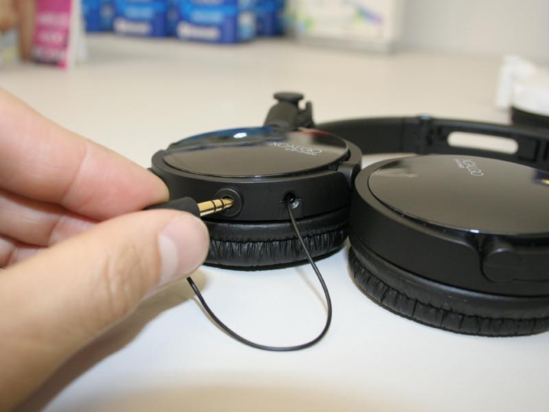 ミニプラグを挿し込み口に入れてから、その横のボタンを押すとケーブルが収納される