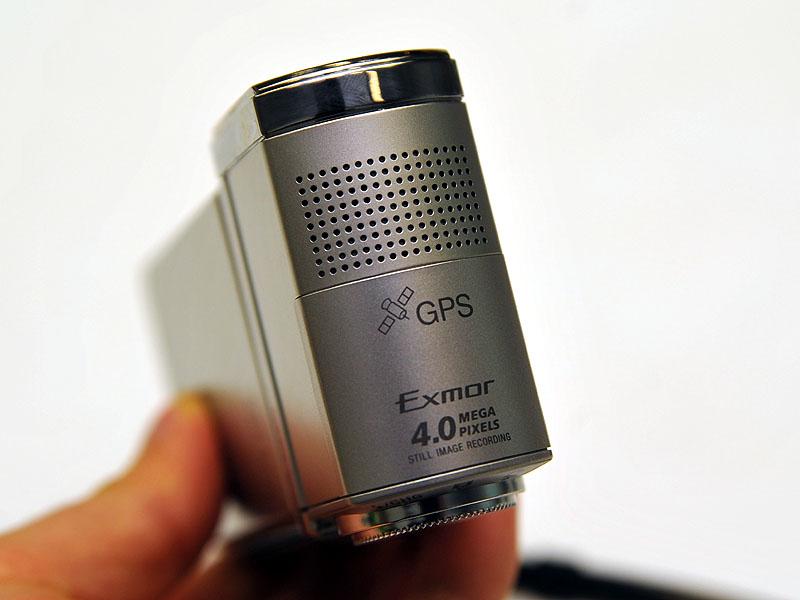天面にGPSユニットを内蔵。電波を遮らないよう、その部分のみチタンが使われていない