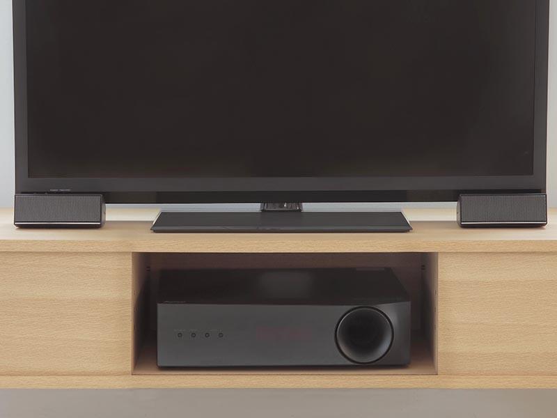 設置例。テレビスタンドの両脇にフロントスピーカー、ラック内にサブウーファを設置