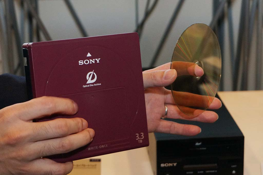 1枚で3.3TBの「ODC3300R」。中に11枚の両面ディスクを内蔵
