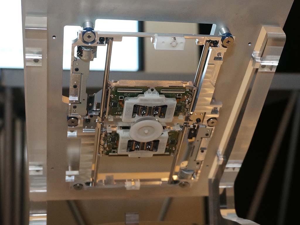 第2世代オプティカルディスクドライブ。上下にレーザーを配置し、高速な記録/再生を実現