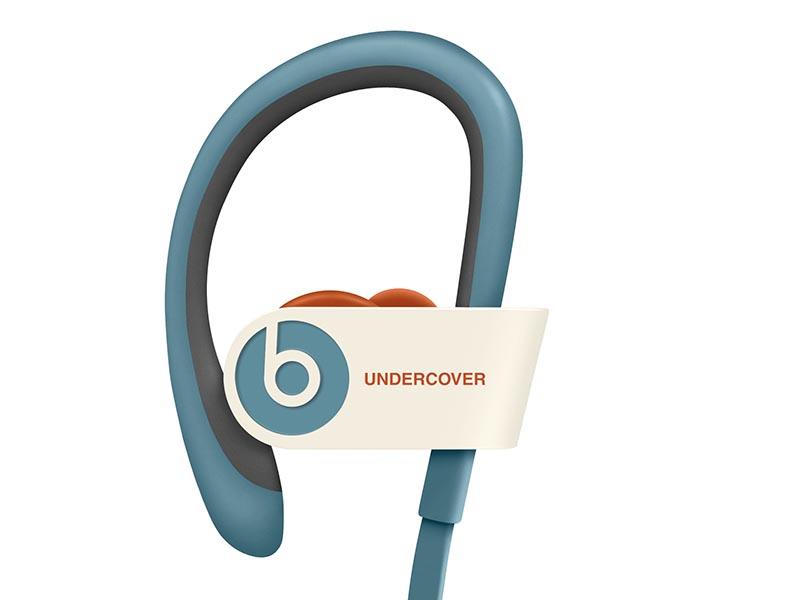 耳掛け型のイヤフォンで、ベージュやブルーグレイ、オレンジを使用
