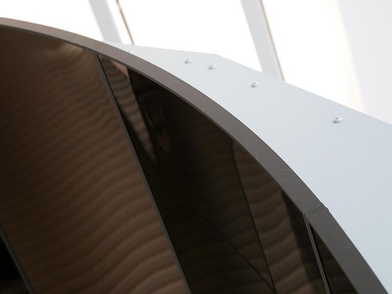 薄さ0.97mmの有機ELディスプレイを金属フレームで支えている