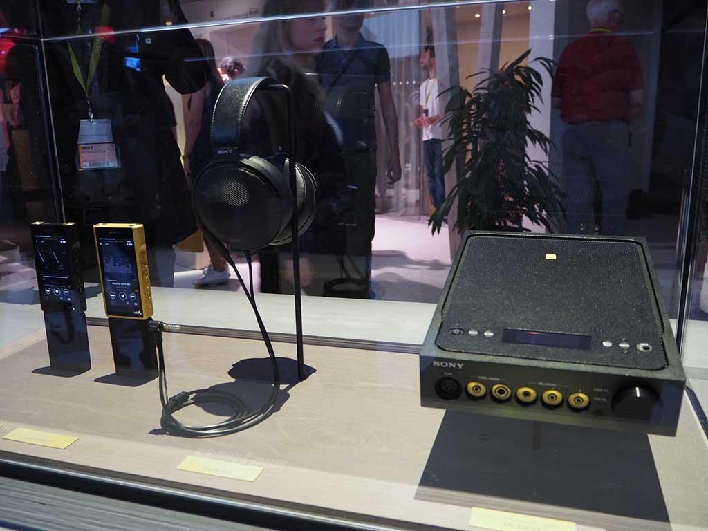 左から、ウォークマン「NW-WM1A」、「NW-WM1Z」、ヘッドフォンの「MDR-Z1R」、ヘッドフォンアンプ「TA-ZH1ES」