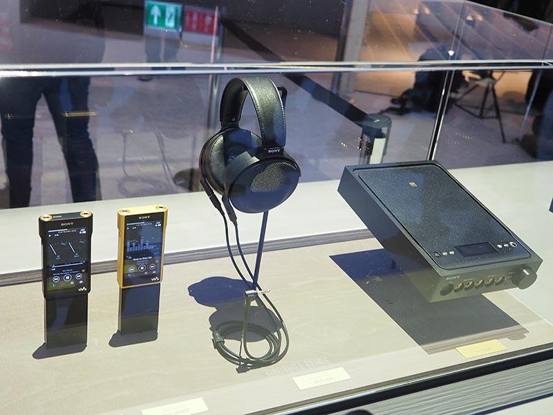 左から新ウォークマン、ヘッドフォン「MDR-Z1R」、ヘッドフォンアンプ「TA-ZH1ES」。この4モデルが「Signature Series」