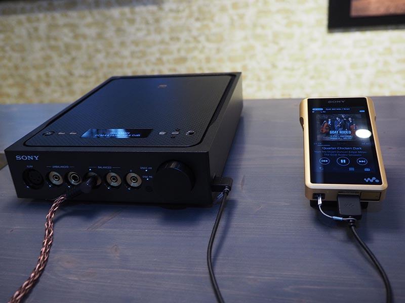 左がヘッドフォンアンプ「TA-ZH1ES」