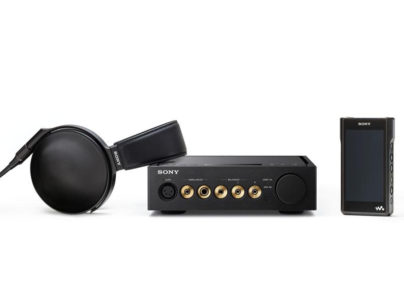 左からステレオヘッドフォン「MDR-Z1R」、ヘッドフォンアンプ「TA-ZH1ES」、ウォークマンの「NW-WM1A」