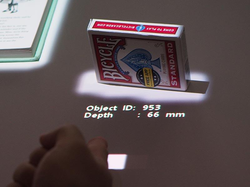 置いた箱を認識し、縦置きと横置きも判別して瞬時に情報を表示