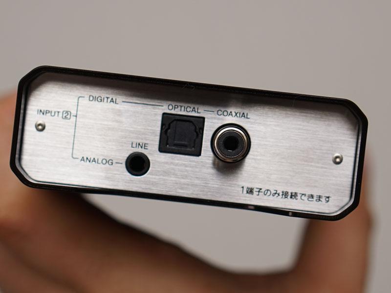 背面にはライン入力、光デジタル、同軸デジタル入力を装備。外側のシャーシが出っ張っていて、端子を保護するデザインになっている