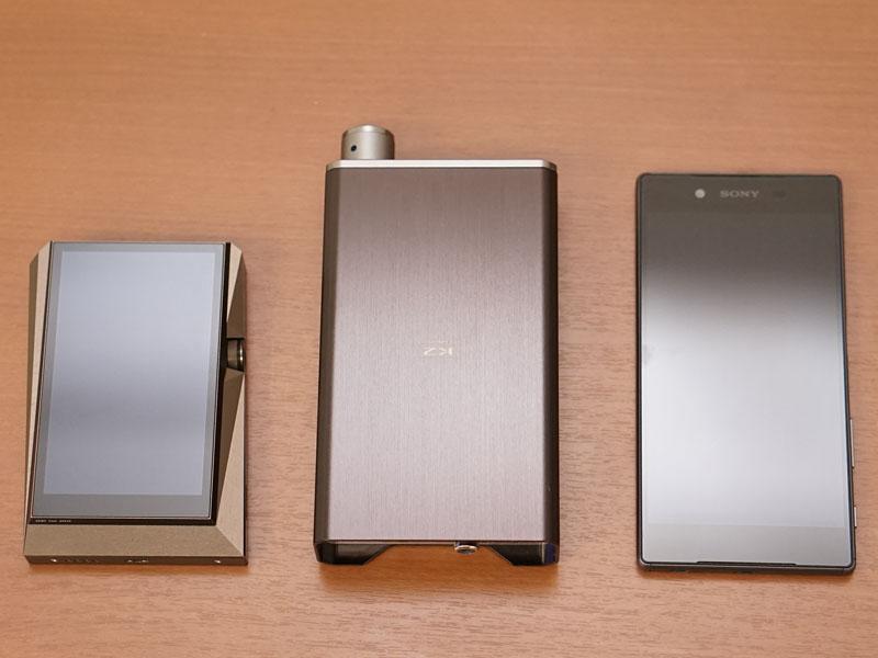 中央がAX01。左がAK380、右がXperia Z5