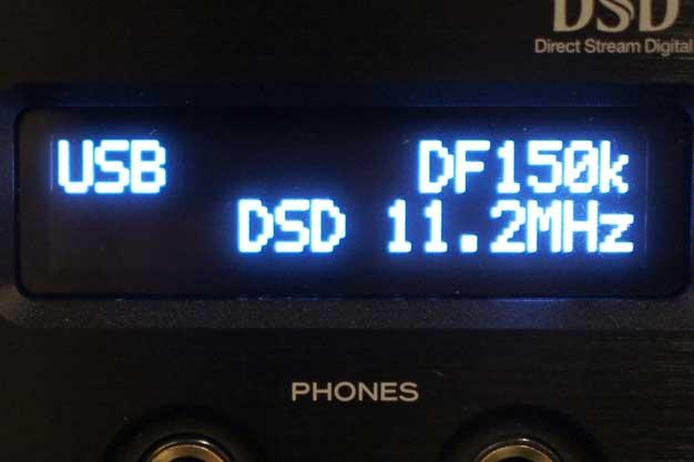 UD-503のディスプレイ画面。2行のシンプルな画面だが、入力ソースをはじめ、再生中の楽曲のサンプリング周波数などをわかりやすく表示する