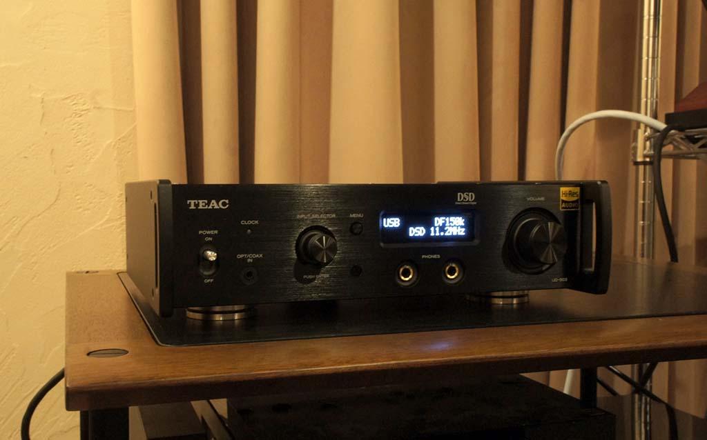 我が家の視聴室でセットアップを済ませたUD-503。横幅の小さい機器の場合、ラックの中央よりも左右どちらかにオフセットして置いた方が(ラックの強度が高い部分に載せることになるため)音質は有利。試聴の結果、右寄りではなく左寄りの方が音質的に好ましかった