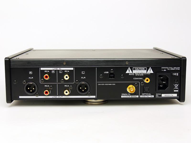UD-503の背面。左側がアナログ入出力、右側がデジタル入力と電源端子となっている。3P端子の電源端子を備えるのも本格的