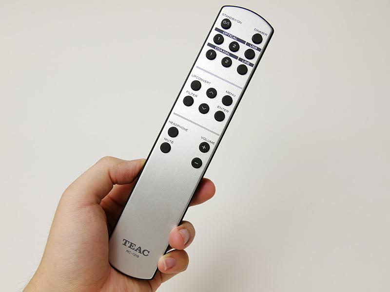 付属のリモコン。音量/入力切り替えのほか、アップコンバート/フィルターの選択がダイレクトに行なえる。メニュー操作ボタンもある