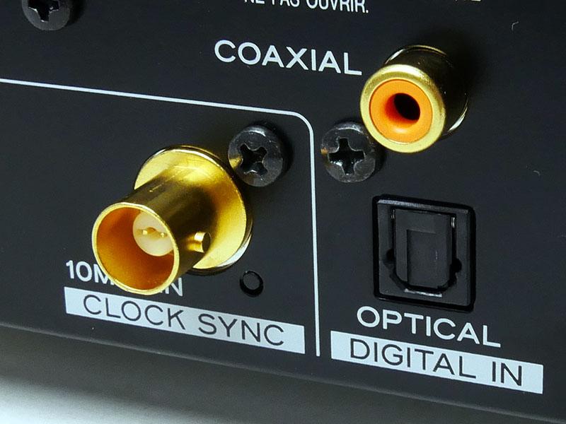 光および同軸デジタル入力と、外部クロック入力端子。この価格帯のモデルで外部クロックの入力に対応した機器は極めて珍しい