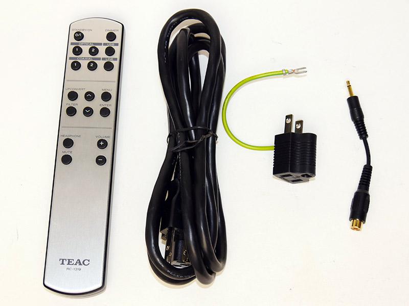 UD-503の付属品。リモコンと3Pタイプの電源ケーブルや2Pコンセント用のアダプタなど