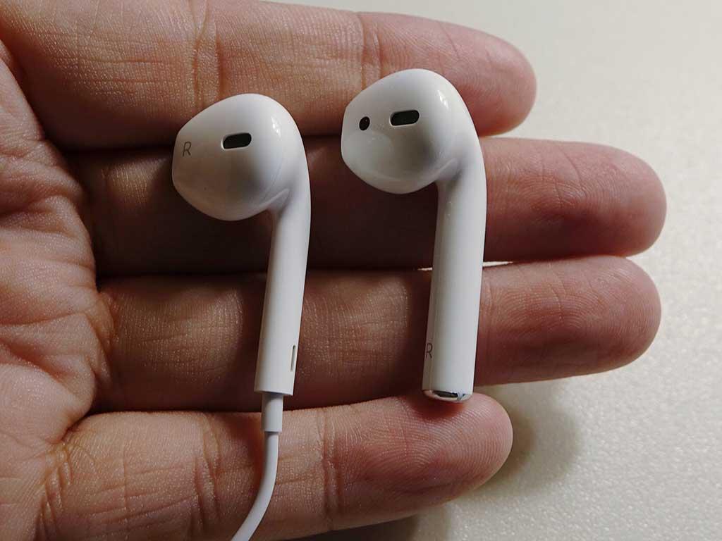 有線の「EarPods」と比較。ケーブル以外の部分のサイズはほぼ同じであることがわかる