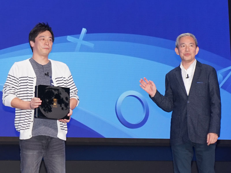 PlayStation 4 FINAL FANTASY XV LUNA EDITIONを手にするFF XV田畑端ディレクター。右はSIEJAの盛田厚プレジデント