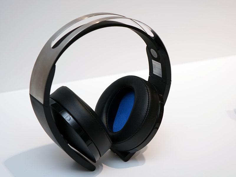 独自の7.1チャンネルバーチャルサラウンド技術も投入したワイヤレスヘッドセット「プレミアムワイヤレスサラウンドヘッドセット CUHJ-15005」