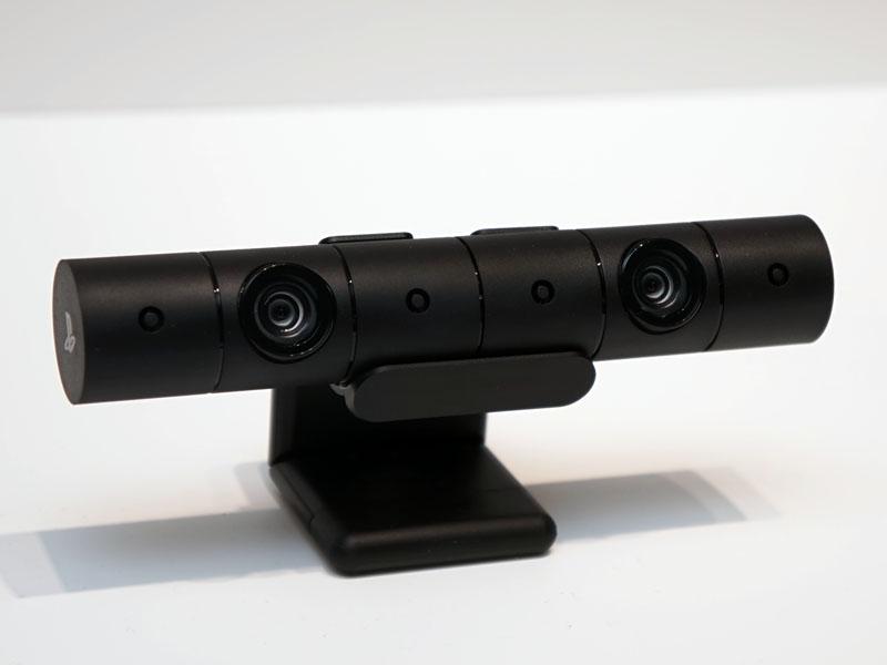 新PlayStation Camera。HMDの「PlayStation VR」などで利用できるもので、従来モデルと機能は同じだが、コンパクトな円筒状のカメラ本体に、同梱のスタンドを装着する構造にデザインを一新。テレビのフレーム上部などに設置できるようになった