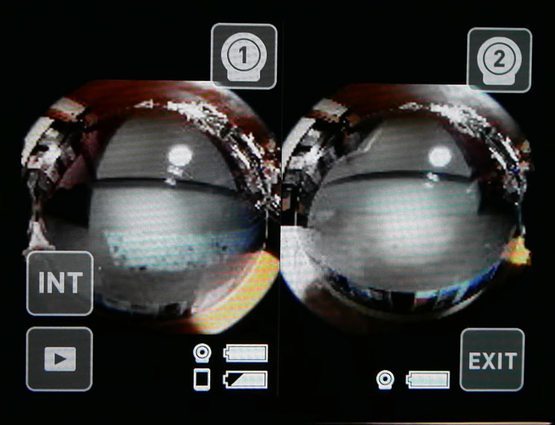 1つのモニターに2台のカメラ映像が表示される