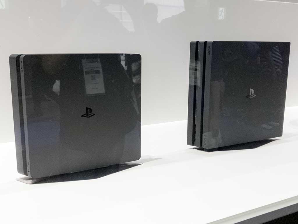 会場に展示された薄型PS4(左)とPS4 Pro(右)