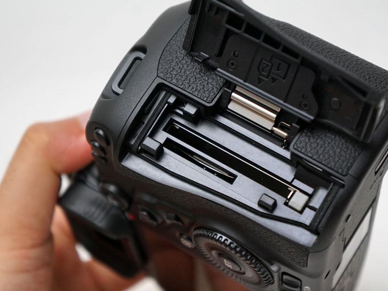 メモリーカードはCFとSDカードのデュアル対応