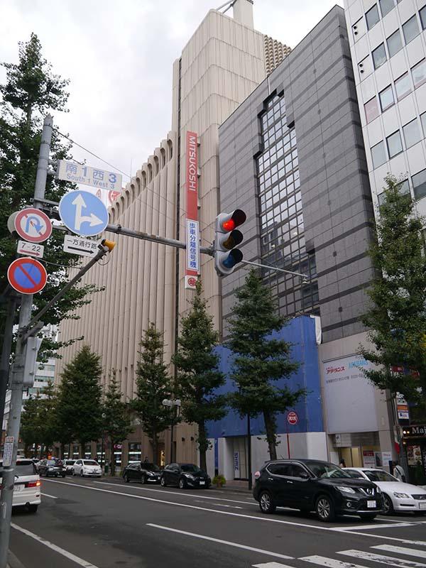 三越札幌に隣接し、周りにはパルコやファストファッションの店舗が入居している