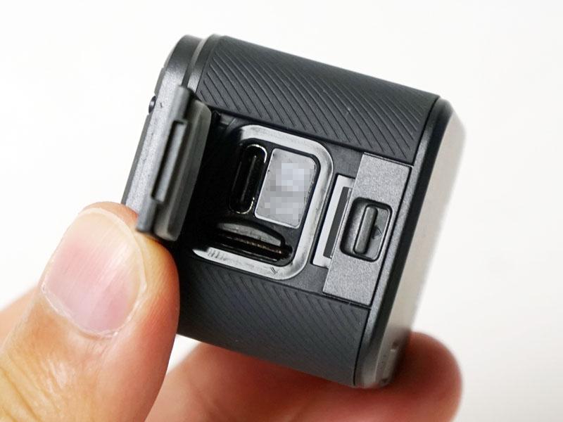 側面の蓋を開けるとmicroSDカードスロットと充電用USB-C端子