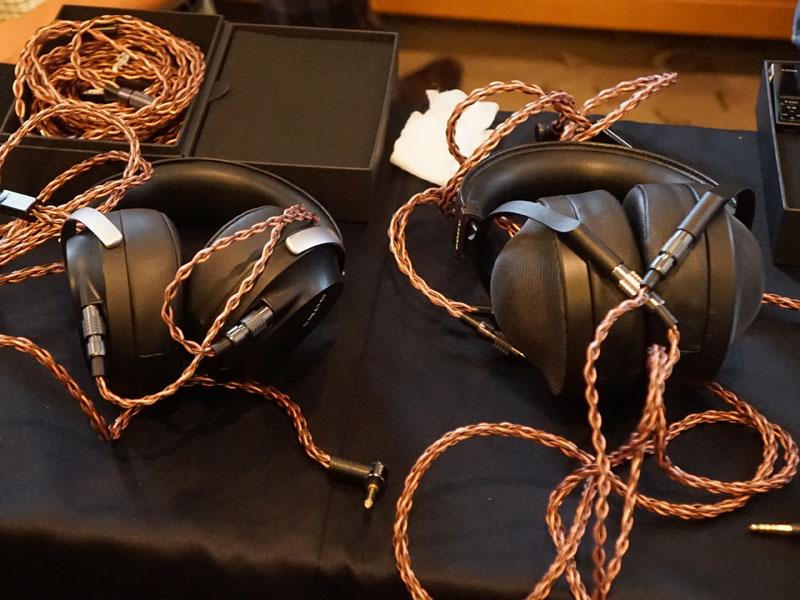 右がフラッグシップヘッドフォン「MDR-Z1R」