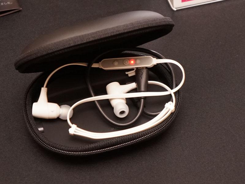 mophieの「Power capsule」はイヤフォンなどを収納できるケースだが、内部にバッテリを搭載しているのが特徴。Bluetoothイヤフォンなどを充電しながら持ち運べる