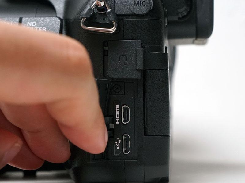 HDMIとUSB端子は左側