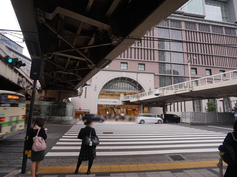 阪急デパートが目の前に。この建物内をまっすぐ進むと梅田ESTに辿り着く