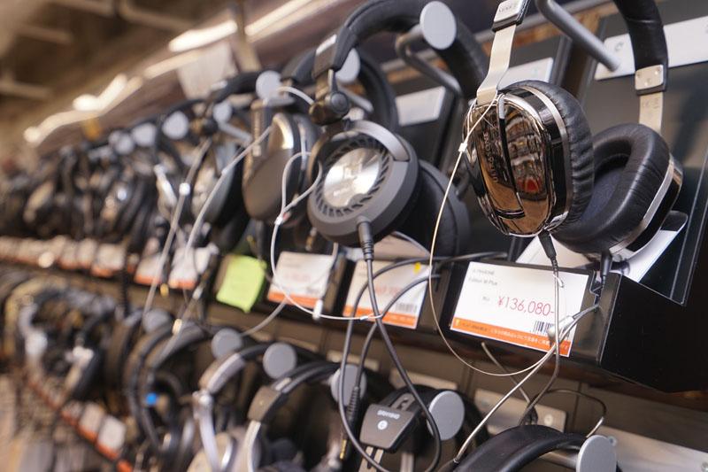 棚には各社のヘッドフォン・イヤフォンがズラリ