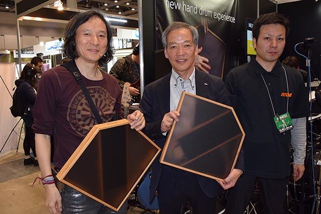 aFrameを手に持つ、パーカッショニストの梯郁夫氏(左)、ATV代表取締役の室井誠氏(中央)