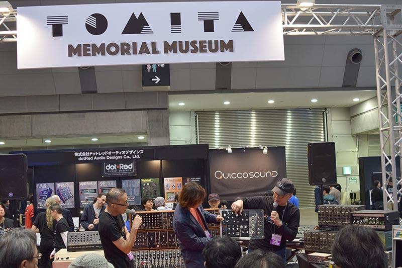 「TOMITA MEMORIAL MUSEUM」のコーナー。説明しているのは、右から松武秀樹氏、篠田元一氏、藤井丈司氏