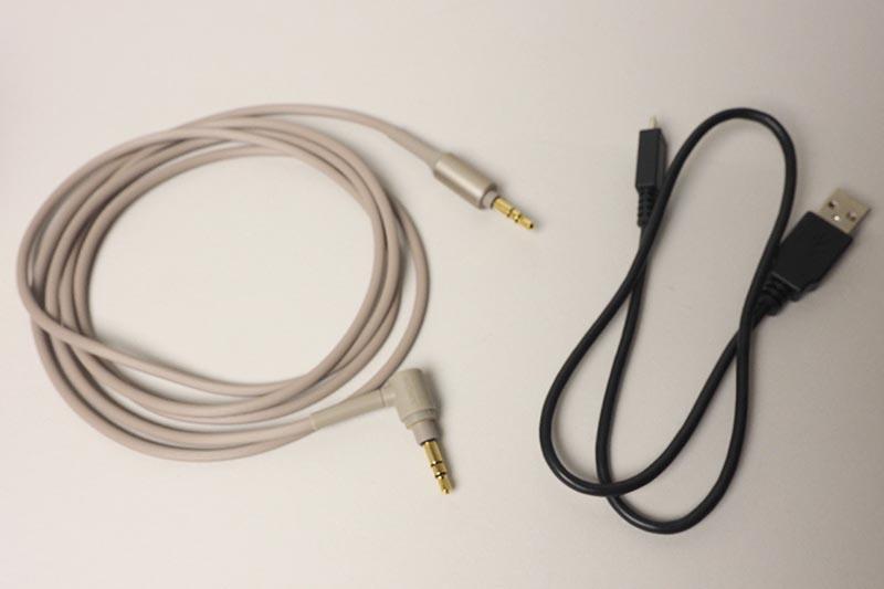 ステレオミニケーブル(右)も付属し、バッテリが切れた場合などは有線でも利用できる。右は充電用のUSBケーブル