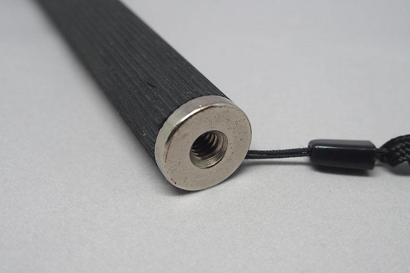 底面にネジ穴が空いているので、三脚や他の自撮り棒を繋げることができる。
