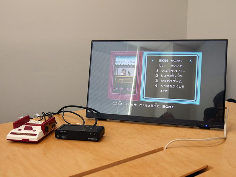 PCレスで1080/60p録画可能。ファミコンミニと並べたところ