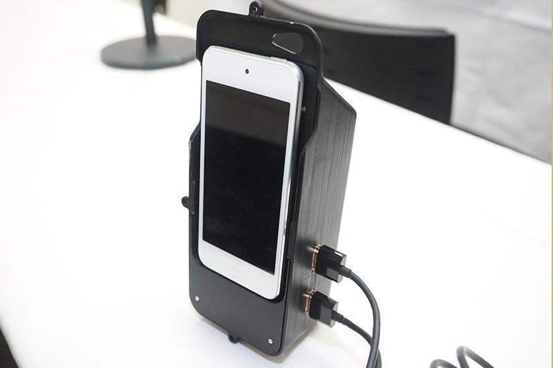 スマホケース部はHDMI出力を2系統と、バッテリを装備