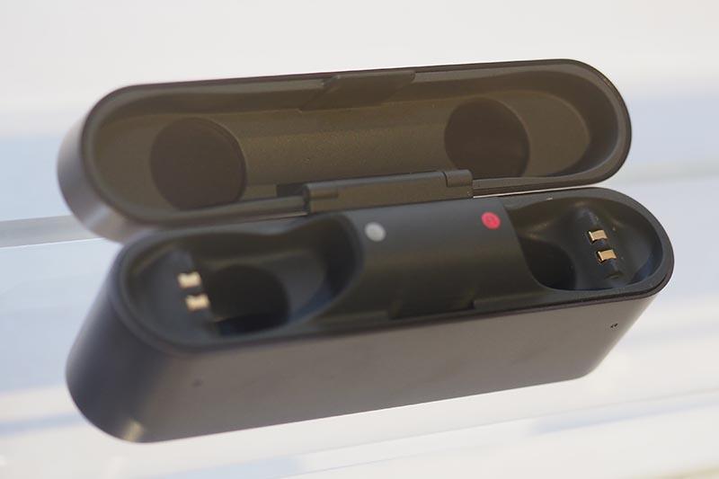充電用の接点と見られる部分を備えたケース