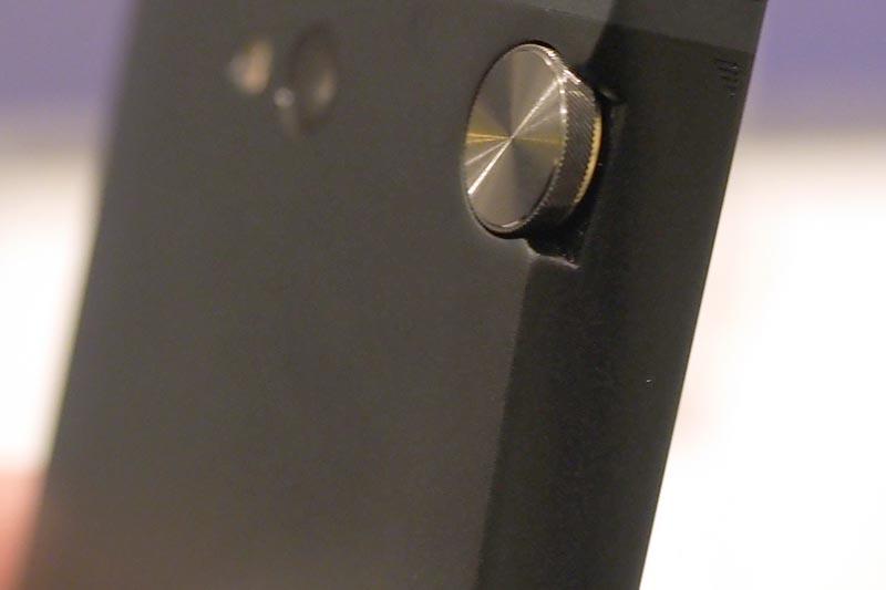 背面のボリュームダイヤルとカメラ部