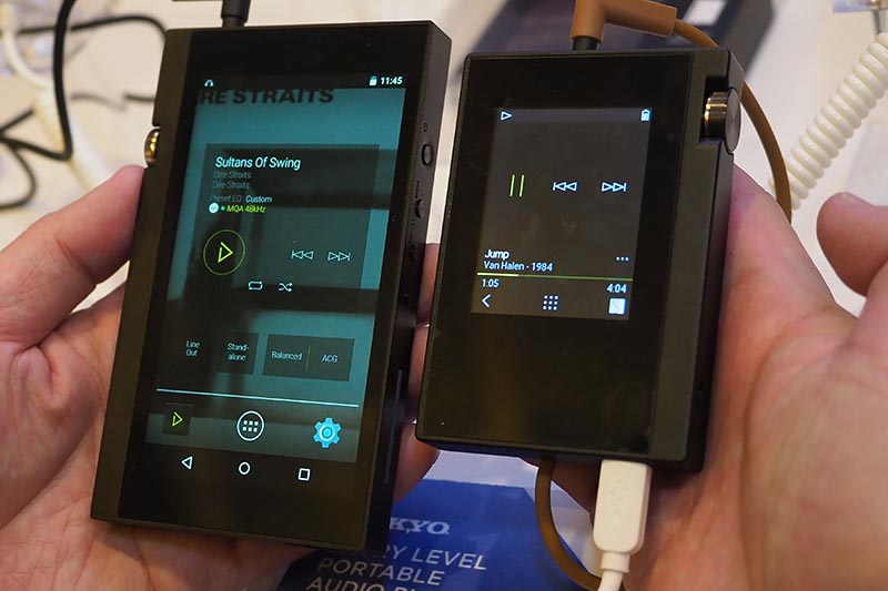 DP-X1(左)と、小型モデル(右)の比較