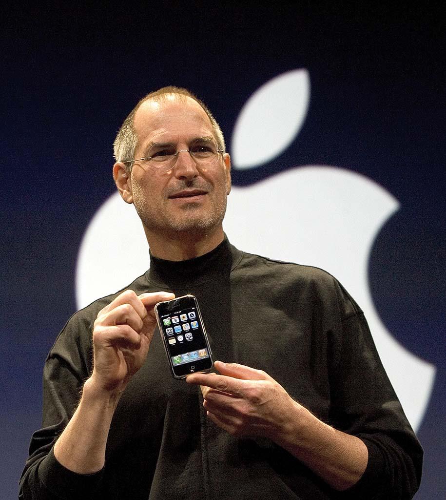 iPhoneを発表するスティーブ・ジョブズ氏(2007年)