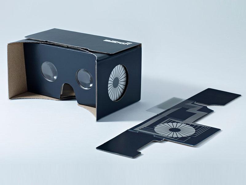 中のスマホを側面から操作できるダンボール製VRゴーグル「みるボックスタッチ」
