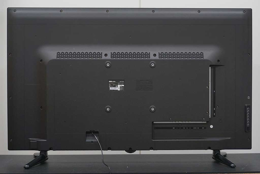 背面側には200mm幅のVESAマウント用ネジ穴も開いているので市販の壁掛けマウントや設置アーム取り付けも可能だ